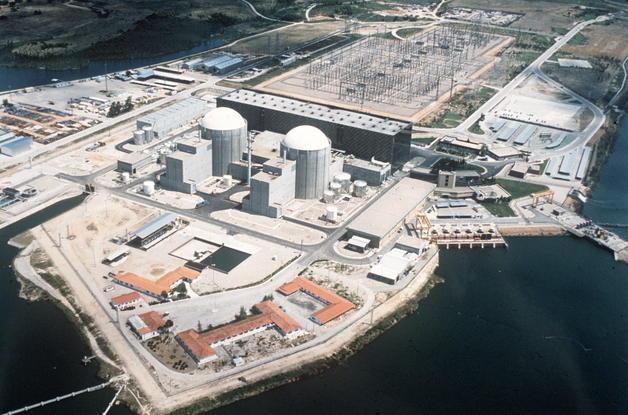 MD62. ARCHIVO-MADRID, 3-05-06.- Fotografía de archivo de la Central Nuclear de Almaraz (CNA), en la que la rotura de varios fusibles por un problema de cableado ha ocasionado la parada automática del reactor de la Unidad I, aunque no ha supuesto riesgos radiológicos para los trabajadores, la población o el medio ambiente, según informa hoy en una nota el Consejo de Seguridad Nuclear (CSN). EFE/ARCHIVO